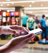 Metade dos internautas só compra em loja física após pesquisar na internet, diz estudo